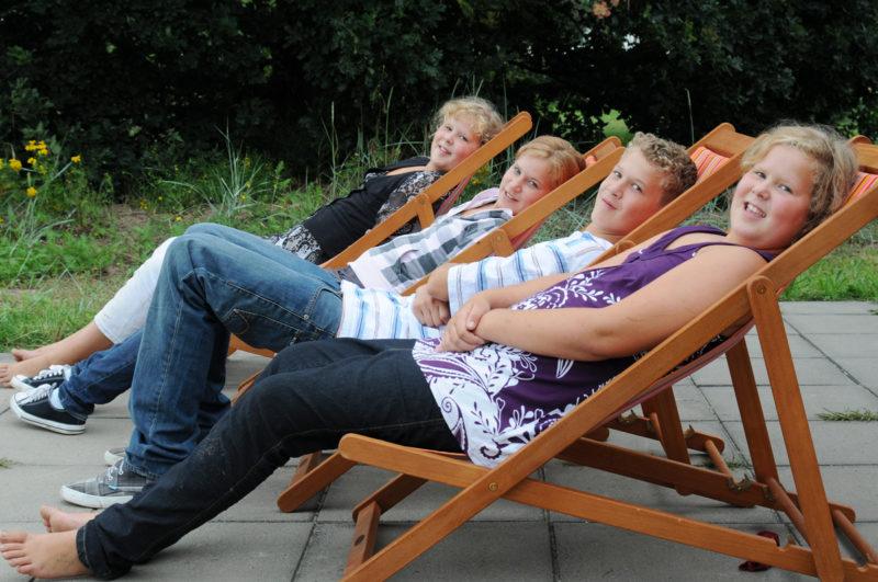 vier Geschwister im Liegestuhl