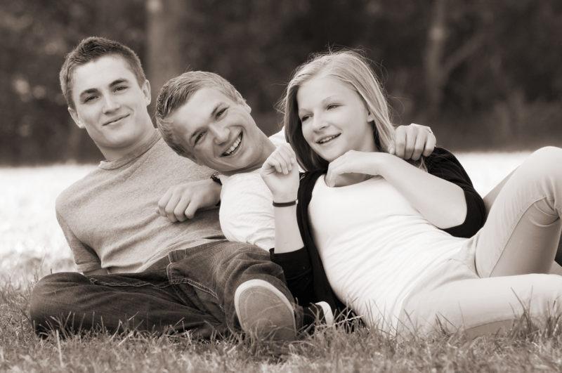 drei Geschwister im Gras