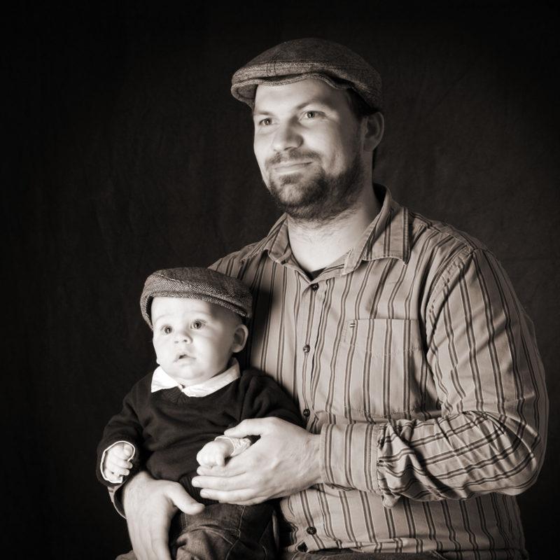Vater und Sohn mit Schiebermütze