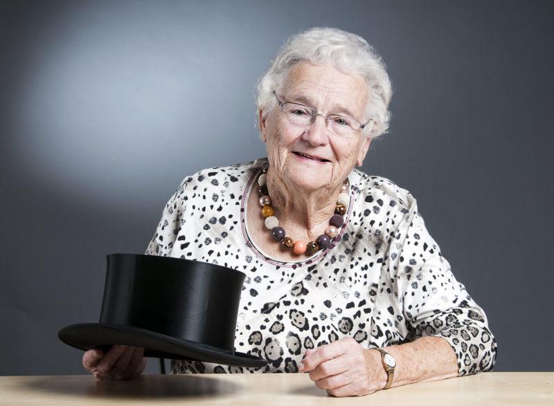 alte Dame mit Zylinder